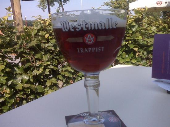 Brewery Der Trappisten Van Westmalle : half/half served at the cafe...half dubbel/half tripel