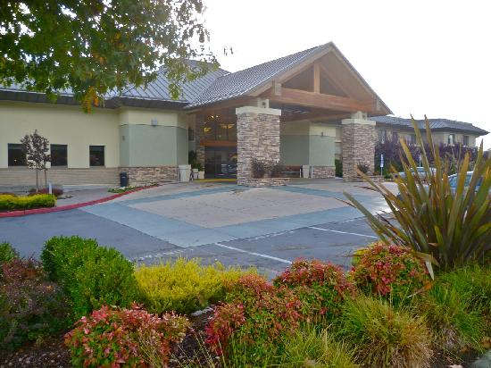 Holiday Inn Express Walnut Creek: Entrance - On Main Street and near to highway