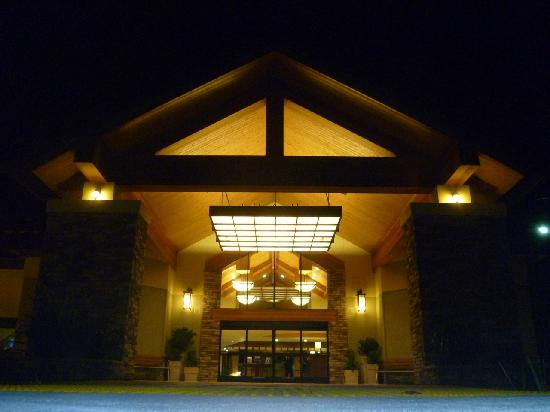 Holiday Inn Express Walnut Creek: Entrance at night - Additional, free parking in the garage