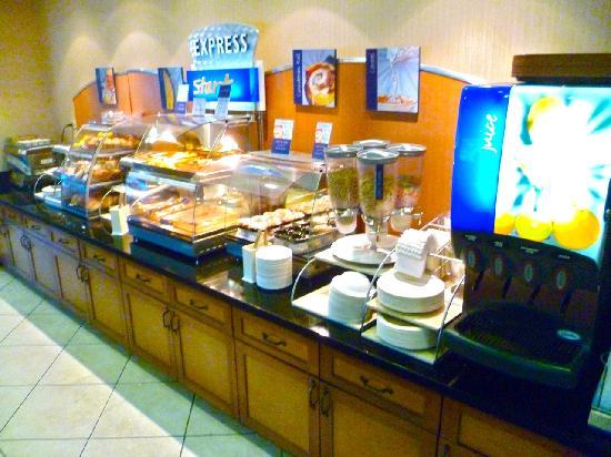 Holiday Inn Express Walnut Creek: Breakfast - primitive, paper plates, lack of fresh food