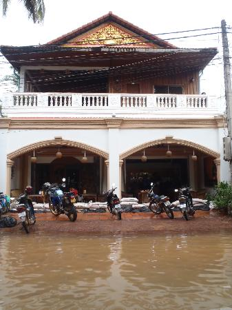 Rosy Guest House: Water from the river reaching up to the entrance!