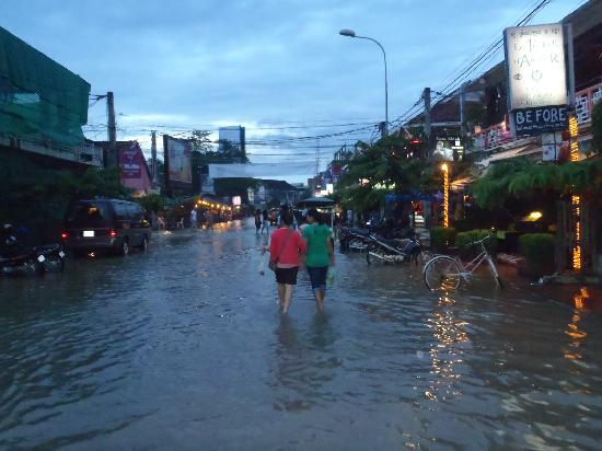 Rosy Guest House: Flooded Pub Street!