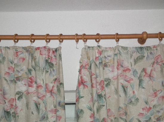 Thüringer Hof Hotel: Broken Curtain