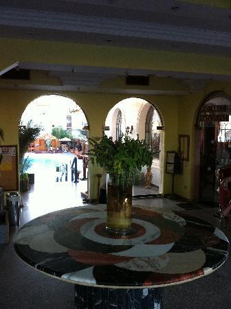 Cleopatra Tsokkos Hotel : Der Blumenschmuck der Eingangshalle