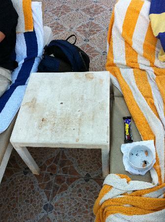 Cleopatra Tsokkos Hotel : Ein Tisch am Pool