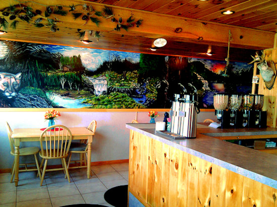 Woody'zzz Motel: Check out the gorgeous mural in our lobby!