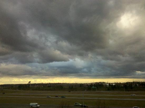 Holiday Inn Dayton Fairborn I-675: An amazing sky shot from my room 539