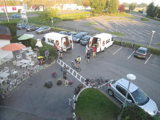 Ibis Compiegne: Bikers leaving in the morning - fun