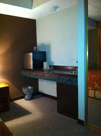 S.J. Suites: Microwave, frig and sink in room