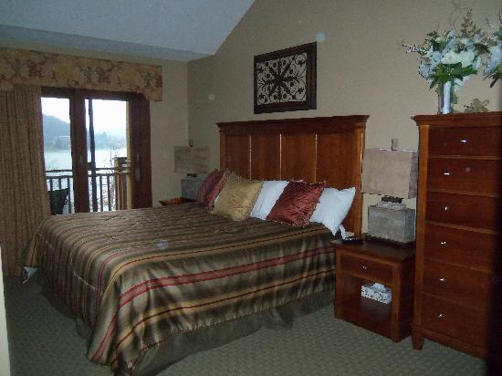 Suites at Silver Tree: The king sized bedroom with view of the lake.