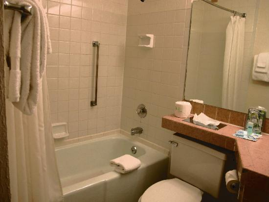 Rodeway Inn & Suites Boulder Broker: clean bathroom