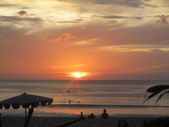 Katathani Phuket Beach Resort: amazing sunset every night!