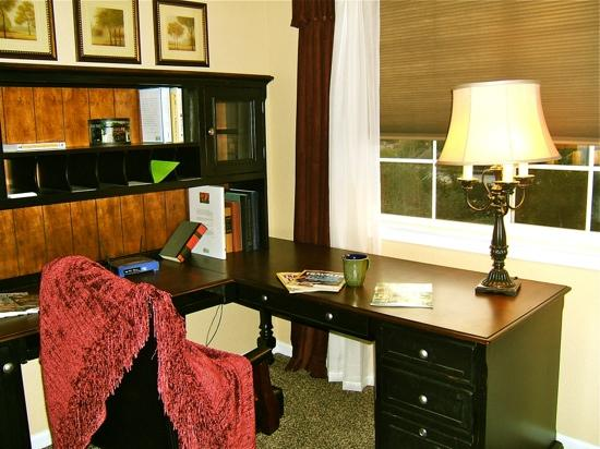 The Cottages On Armstrong: Meritage desk area