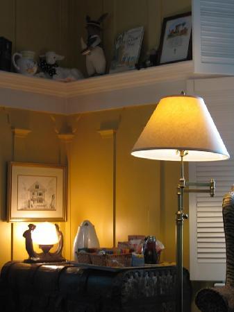 Sea View Inn: Decor in Sitting Room