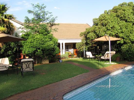 AfricaSky Guest House: Blick in den Garten / Pool