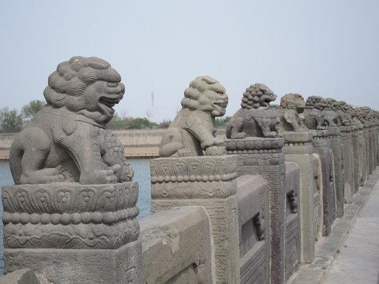 Lugou Qiao (Marco Polo Bridge) : 盧溝橋の欄干;狛犬が並んでいます。