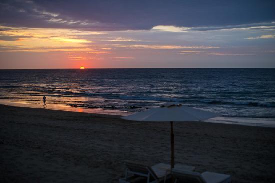 Claro de Luna: Beach in front of hotel.