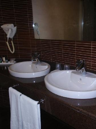 Hotel El Trebol : all bathrooms include two wash basins, a big tub with shower, a toilet and a bidet.