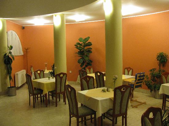 Hotel Millennium: Dining room