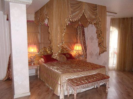 Albatros Premier Hotel: The bed