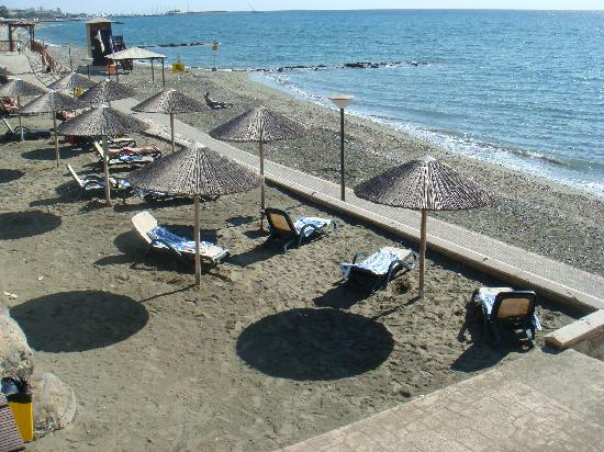 Atlantica Bay Hotel: beach/garden area