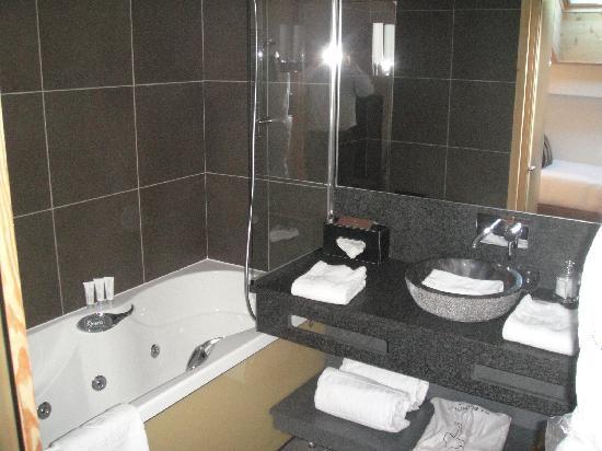 Hotel Au Coeur du Village: Salle de bain