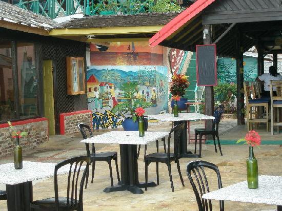 Bar-B-Barn: outdoor eating