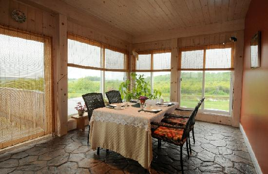Red Hills B & B: Summer Breakfast Room