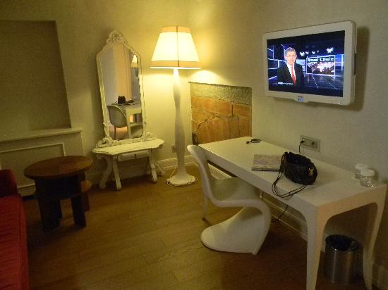 NH Collection Firenze Porta Rossa: TV in living area