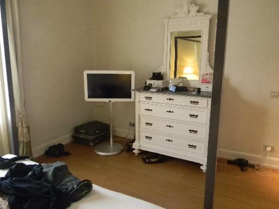 NH Collection Firenze Porta Rossa: TV in bedroom