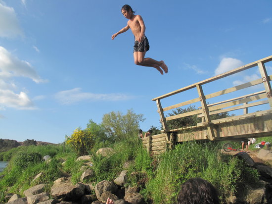 Spa Thermal Park and Riverbank Recreational and Scenic Reserve : kids jumping off the bridge
