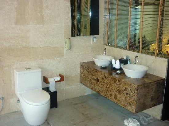 Lily Beach Resort & Spa : WC et lavabos