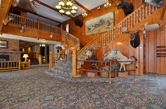 Stage Coach Inn: Grand Staircase and wildlife