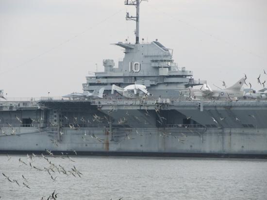 هامبتون إن مونتن بليزنت: yorktown battleship