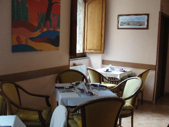 Hotel Properzio: Breakfast room