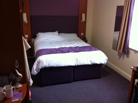 Premier Inn London Kensington (Olympia) Hotel: chambre double, vue jardin donc super calme !