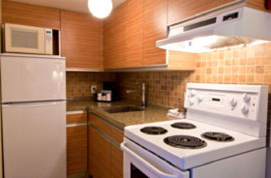 Best Western Plus Burnaby Hotel and Conference Centre: Kitchen