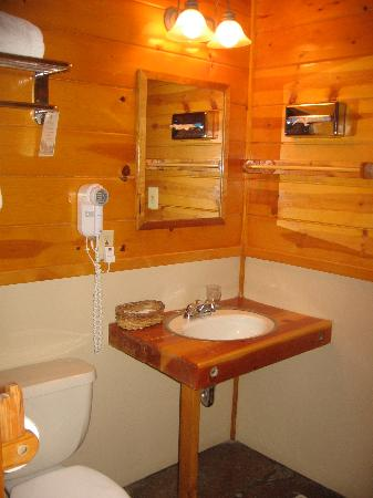 Garland's Oak Creek Lodge: rest of the bath