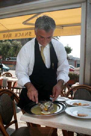 Ristorante Ruccio: waiter preparing our delicious fish