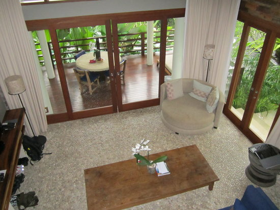 The Purist Villas and Spa: Looking down to the living room from the upstairs bedroom