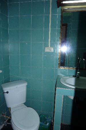 Dragon Lodge : Bathroom - toilet end