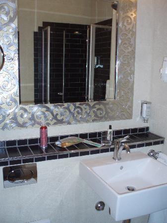 Turm Hotel-a Supranational Hotel: bathroom