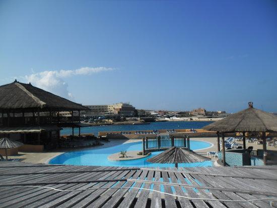 Ramla Bay Resort : une des 3 piscines extérieures de l'hôtel (très propres mais fraîches en cette saison)