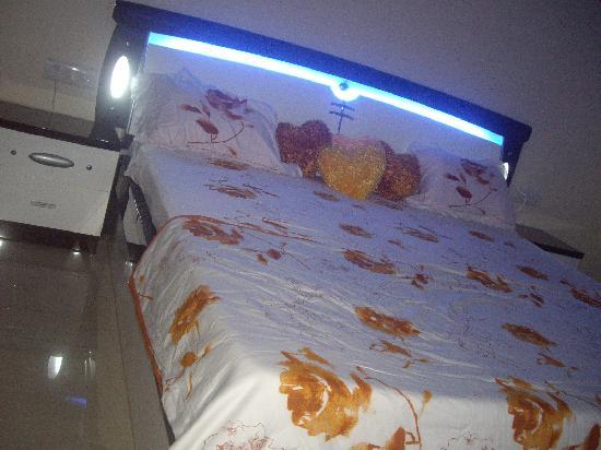 JenJon Holiday Homes Lavasa: Bedroom of an apartment