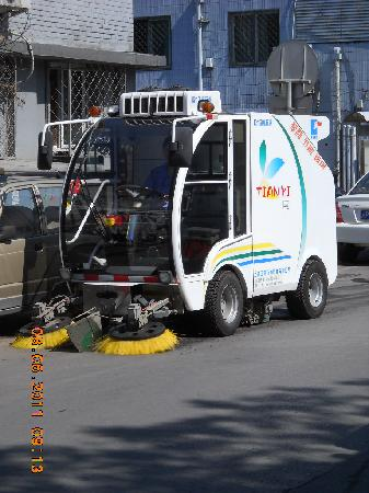 Beijing Minzu Hotel: Automated road sweeper at work