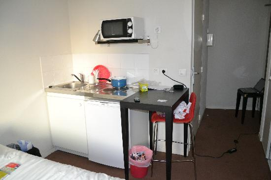 Le Carmin : Kitchen table at the the room for 3 person. Eat on your knees!