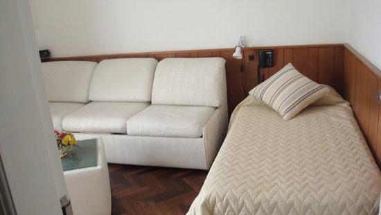 Bonne Etoile Hotel: en la sala otra cama disponible