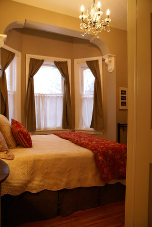 The Beehive Suite: bedroom