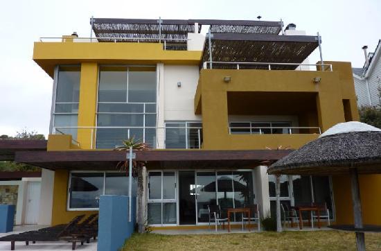 Crayfish Lodge Sea & Country Guest House: Gesamtansicht des Hauses vom Meer aus