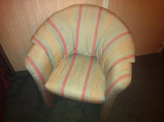 Europa Hotel Ludwigshafen: Fleckiger Sessel mit Löchern neben dem Bett